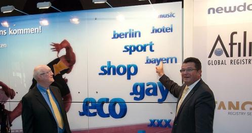 Soll auch .schwaben und .muenchen pushen: Bayerns CIO Pschierer (r.), hier bei seinem Treffen mit ICANN-Chairman Stephen Crocker (.l) am united-domains-Stand im Rahmen der newdomains.org-Konferenz.